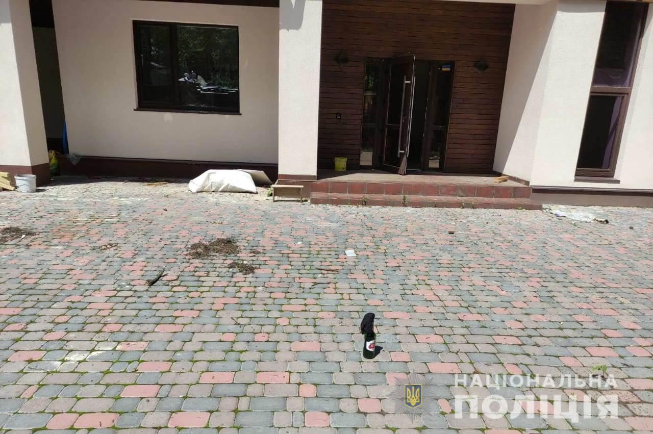Под Харьковом дебоширы разбили окна дома и оставил во дворе коктейль Молотова. Новости Харькова