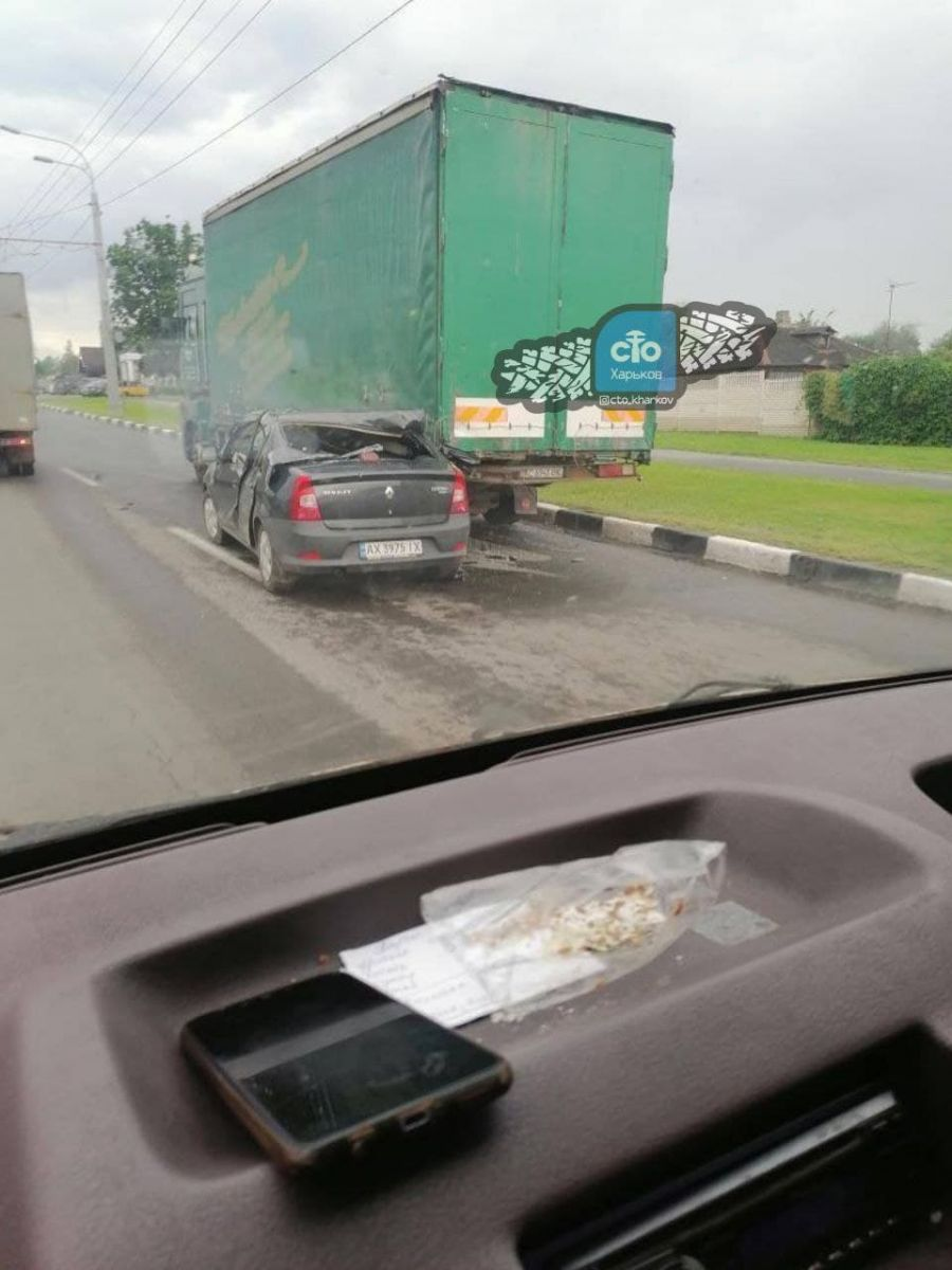ДТП Харьков: Автомобиль залетел под фуру