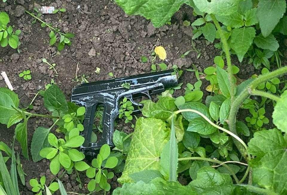 В Харькове на детской площадке полиция задержала мужчину с пистолетом