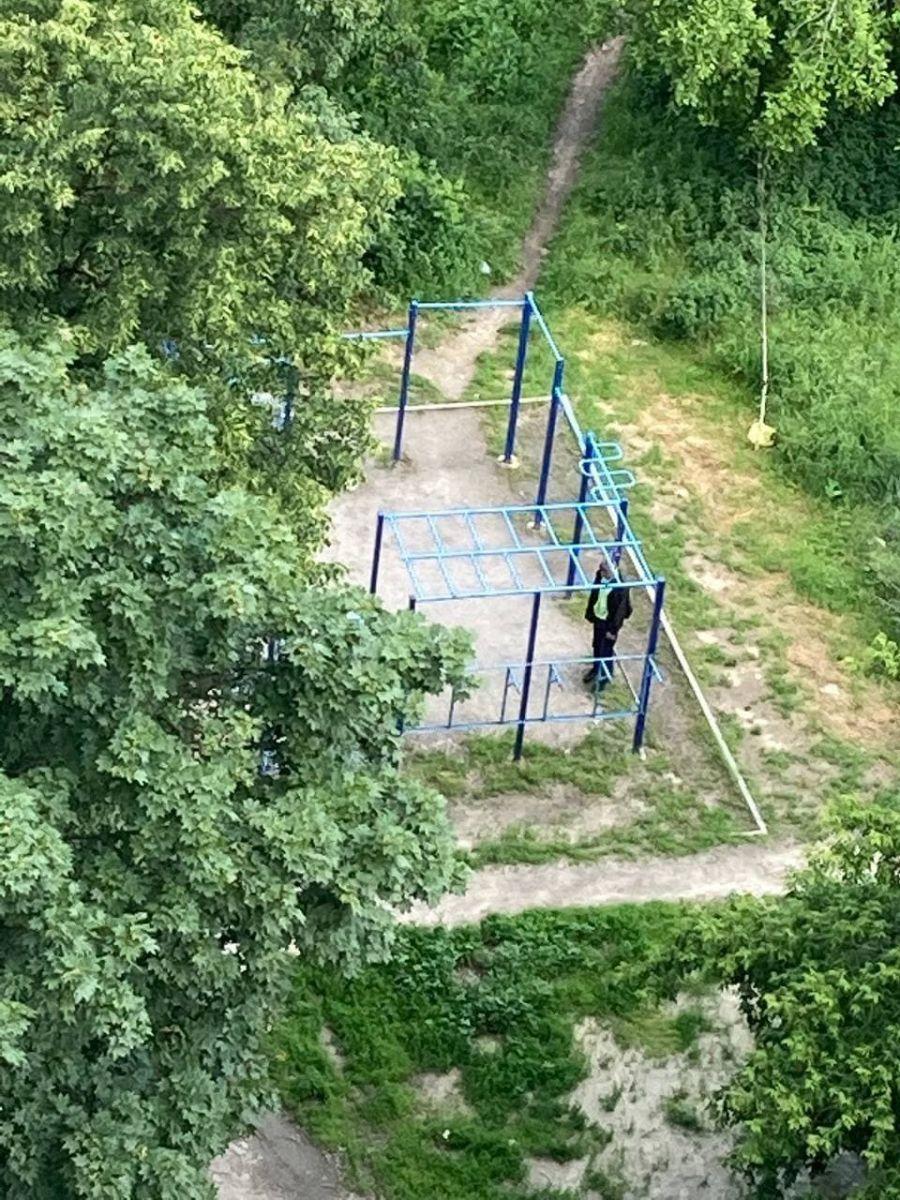 В Харькове повесился на детской площадке мужчина. Новости Харькова