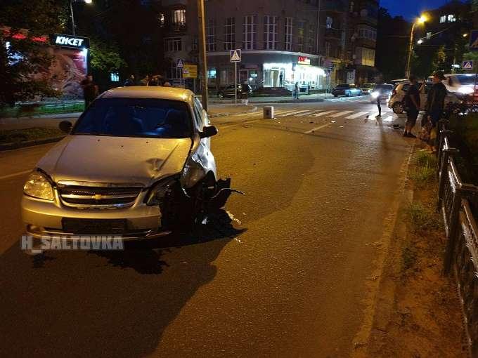 В Харькове на перекрестке улицы Ромена Роллана и проспекта Независимости столкнулись автомобили Hyundai и Chevrolet