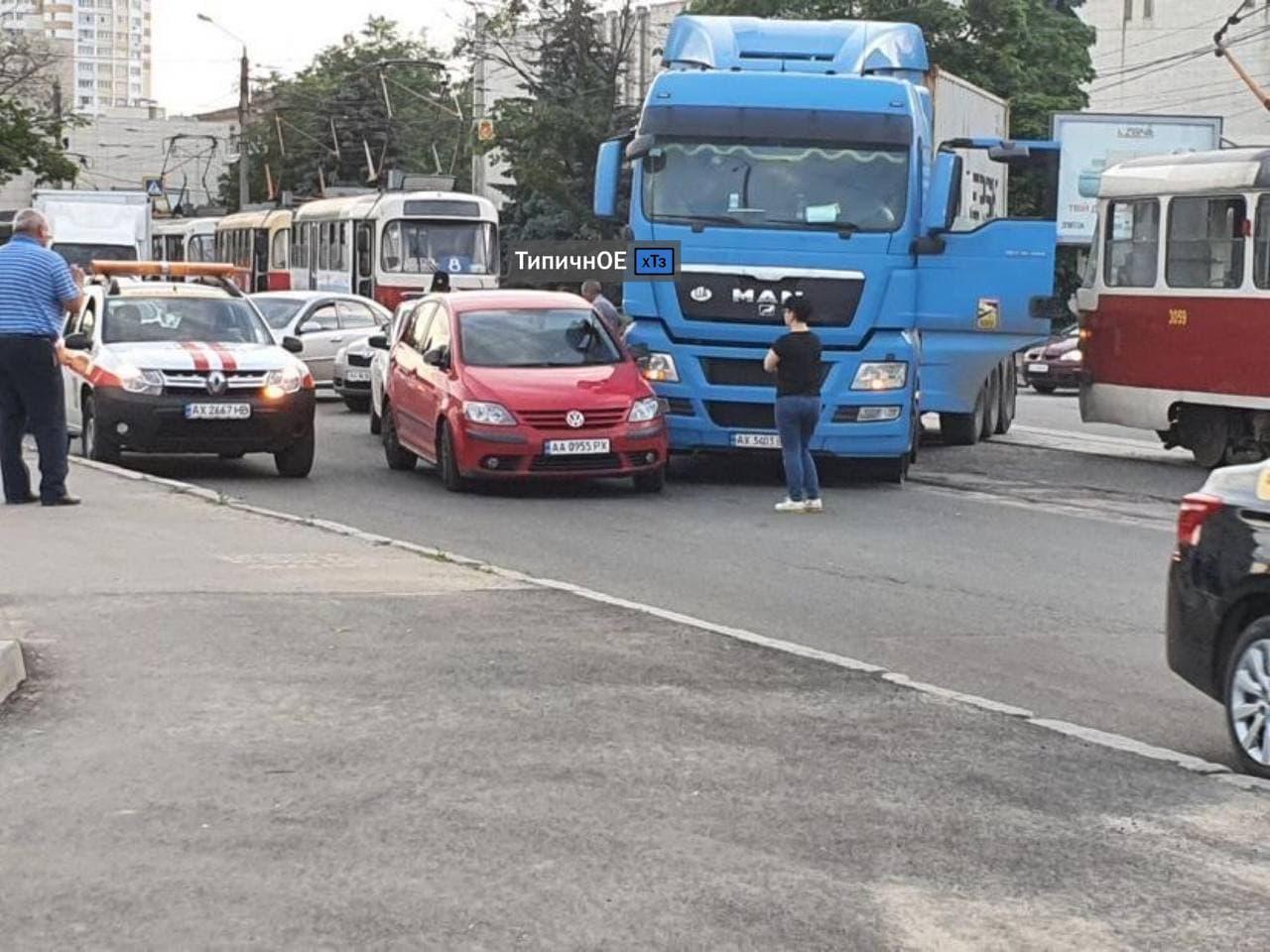 ДТП Харьков: На рельсах возле Конного рынка фура помяла легковушку