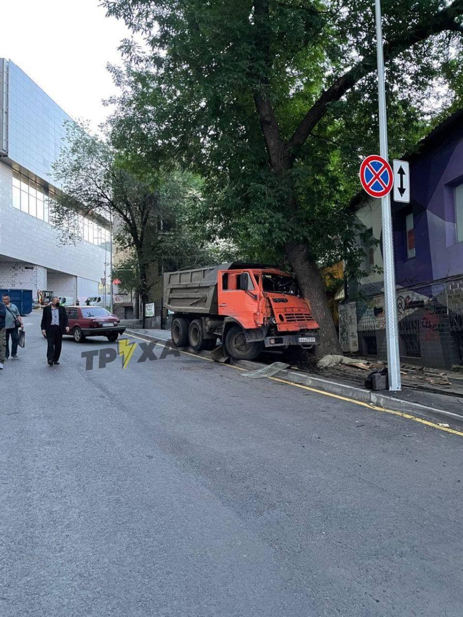 ДТП Харьков: В центре Харькова грузовик снес иномарку и разбился о дерево