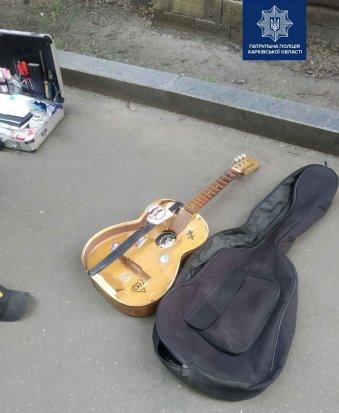 В Харькове возле метро прохожий ограбил музыканта