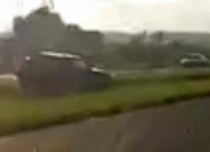ДТП: Под Харьковом машину крепко кинуло поперек трассы и выбросило с нее