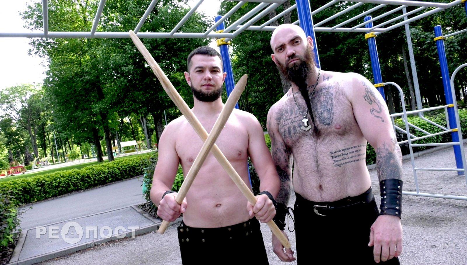 В Харькове два силача рвут грелки и ломают палки кадыком