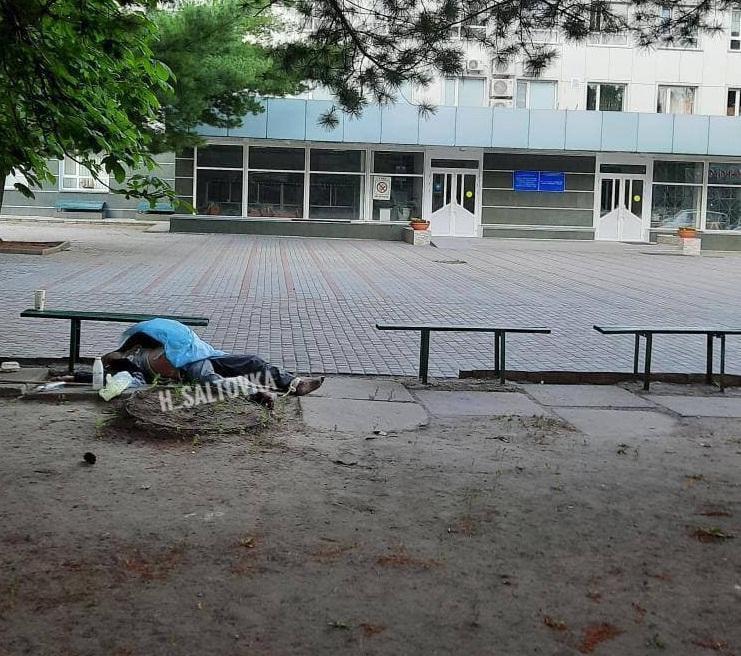 У главного входа в больницу полдня лежал труп мужчины