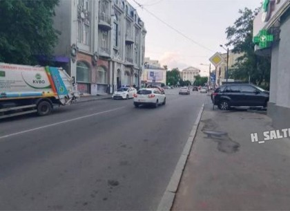 ДТП в Харькове: джип решил потягаться с мусоровозом и врезался в аптеку (видео, фото)