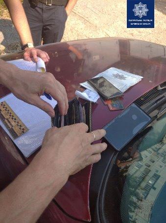 Краденные вещи обнаружили в остановленном на Полтавском Шляхе автомобиле