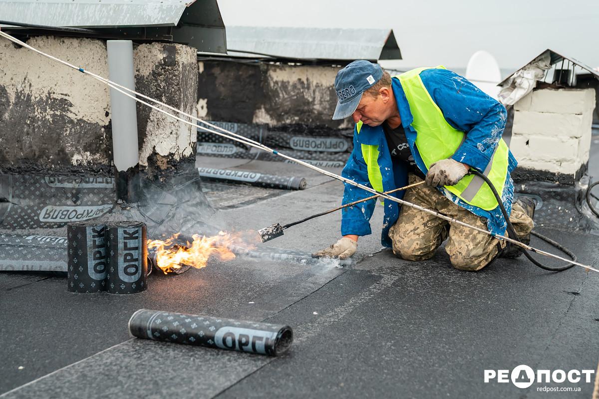 В Харькове ремонтируют крыши домов