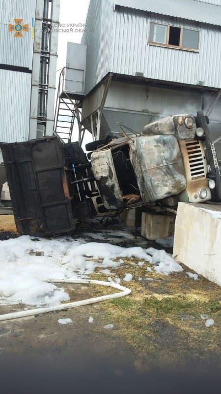 Под Харьковом в перевернувшемся грузовике сгорел водитель. Новости Харькова