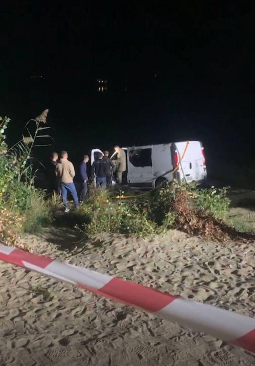 Мужчина и девушка утонули в микроавтобусе Renault Trafic на Безлюдовке