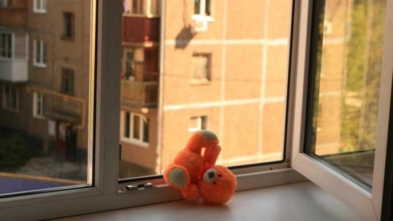В Харькове девочка выпала из окна