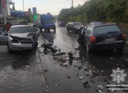 ДТП на Салтовке: Разбиты авто в четверной аварии в Харькове (фото, видео)