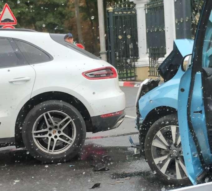 Porsche и Nissan Leaf столкнулись на Сумской возле парка Горького