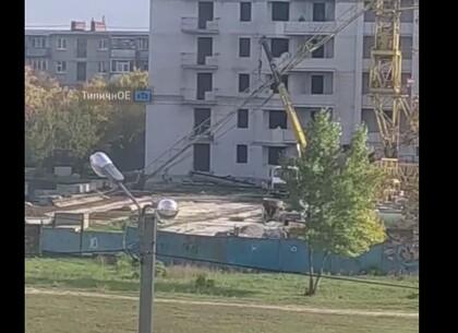 ЧП в Харькове: На ХТЗ упал строительный кран (видео)