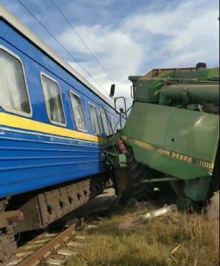ДТП: Поезд врезался в комбайн на переезде